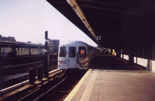 (43k, 528x345)<br><b>Country:</b> United States<br><b>City:</b> New York<br><b>System:</b> New York City Transit<br><b>Line:</b> IND Crosstown Line<br><b>Location:</b> 4th Avenue <br><b>Route:</b> F<br><b>Photo by:</b> Stephen Ives<br><b>Date:</b> 11/6/1999<br><b>Viewed (this week/total):</b> 0 / 2749