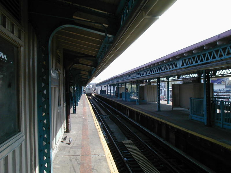 (79k, 800x600)<br><b>Country:</b> United States<br><b>City:</b> New York<br><b>System:</b> New York City Transit<br><b>Line:</b> BMT Astoria Line<br><b>Location:</b> Astoria Boulevard/Hoyt Avenue <br><b>Route:</b> N<br><b>Photo by:</b> Todd Glickman<br><b>Date:</b> 8/10/2000<br><b>Viewed (this week/total):</b> 2 / 2603