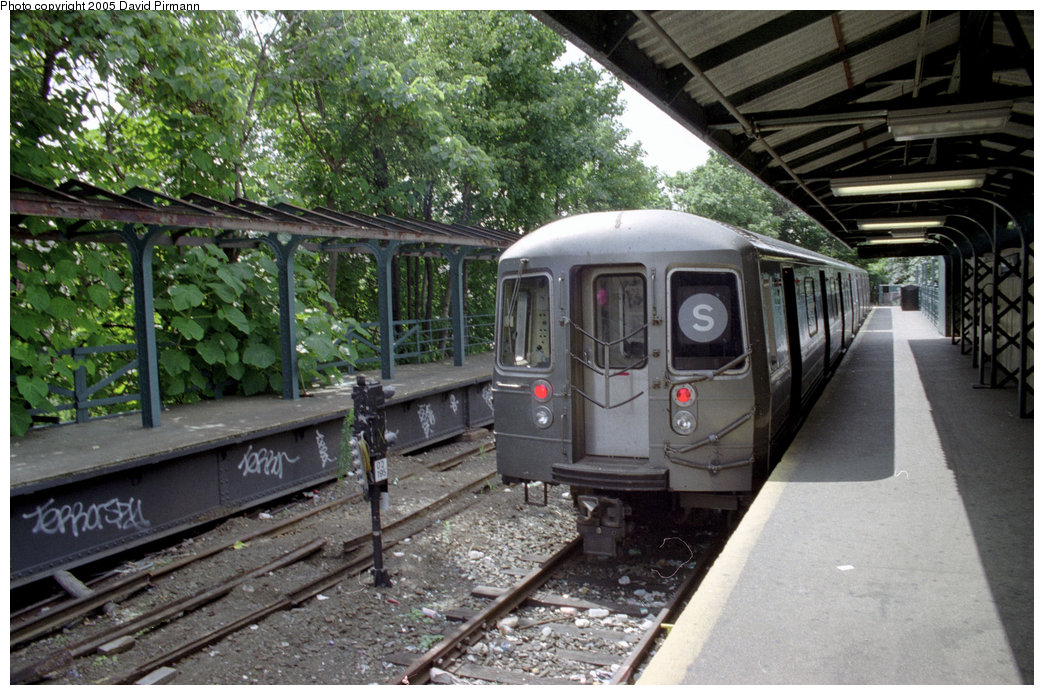 (243k, 1044x695)<br><b>Country:</b> United States<br><b>City:</b> New York<br><b>System:</b> New York City Transit<br><b>Line:</b> BMT Franklin<br><b>Location:</b> Franklin Avenue <br><b>Route:</b> Franklin Shuttle<br><b>Photo by:</b> David Pirmann<br><b>Date:</b> 7/18/1998<br><b>Viewed (this week/total):</b> 3 / 4434