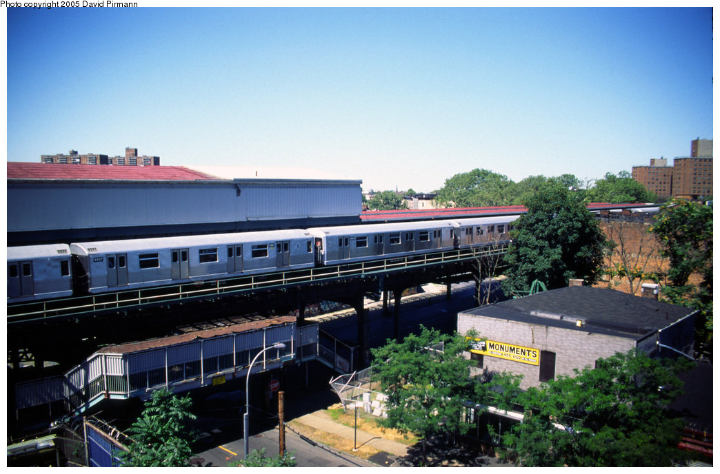 (203k, 1044x688)<br><b>Country:</b> United States<br><b>City:</b> New York<br><b>System:</b> New York City Transit<br><b>Line:</b> BMT Nassau Street/Jamaica Line<br><b>Location:</b> Broadway/East New York (Broadway Junction) <br><b>Car:</b> R-42 (St. Louis, 1969-1970)  4827 <br><b>Photo by:</b> David Pirmann<br><b>Date:</b> 8/1/1998<br><b>Viewed (this week/total):</b> 4 / 4282