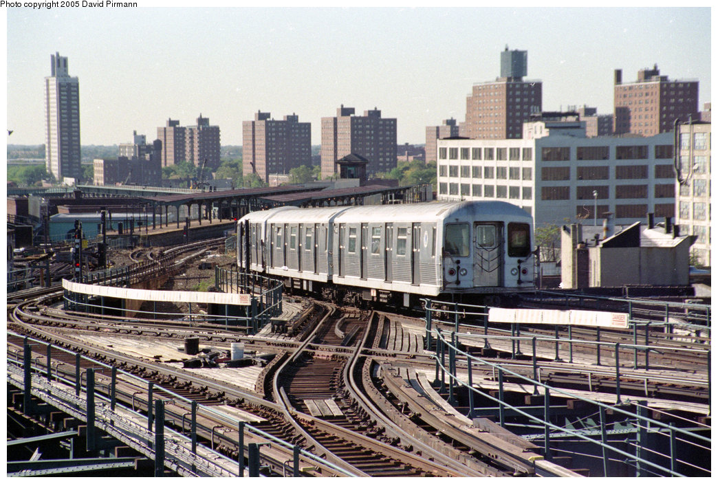 (296k, 1044x704)<br><b>Country:</b> United States<br><b>City:</b> New York<br><b>System:</b> New York City Transit<br><b>Line:</b> BMT Canarsie Line<br><b>Location:</b> Atlantic Avenue <br><b>Route:</b> L<br><b>Car:</b> R-42 (St. Louis, 1969-1970)   <br><b>Photo by:</b> David Pirmann<br><b>Date:</b> 10/11/1996<br><b>Notes:</b> A view back toward Atlantic Avenue from the Broadway Junction L station<br><b>Viewed (this week/total):</b> 6 / 5486