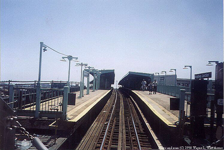 (87k, 748x501)<br><b>Country:</b> United States<br><b>City:</b> New York<br><b>System:</b> New York City Transit<br><b>Line:</b> BMT Canarsie Line<br><b>Location:</b> Broadway Junction <br><b>Route:</b> L<br><b>Photo by:</b> Wayne Whitehorne<br><b>Date:</b> 1998<br><b>Notes:</b> View from the front of a southbound slant R40 train as it roars into Broadway Junction<br><b>Viewed (this week/total):</b> 6 / 2281