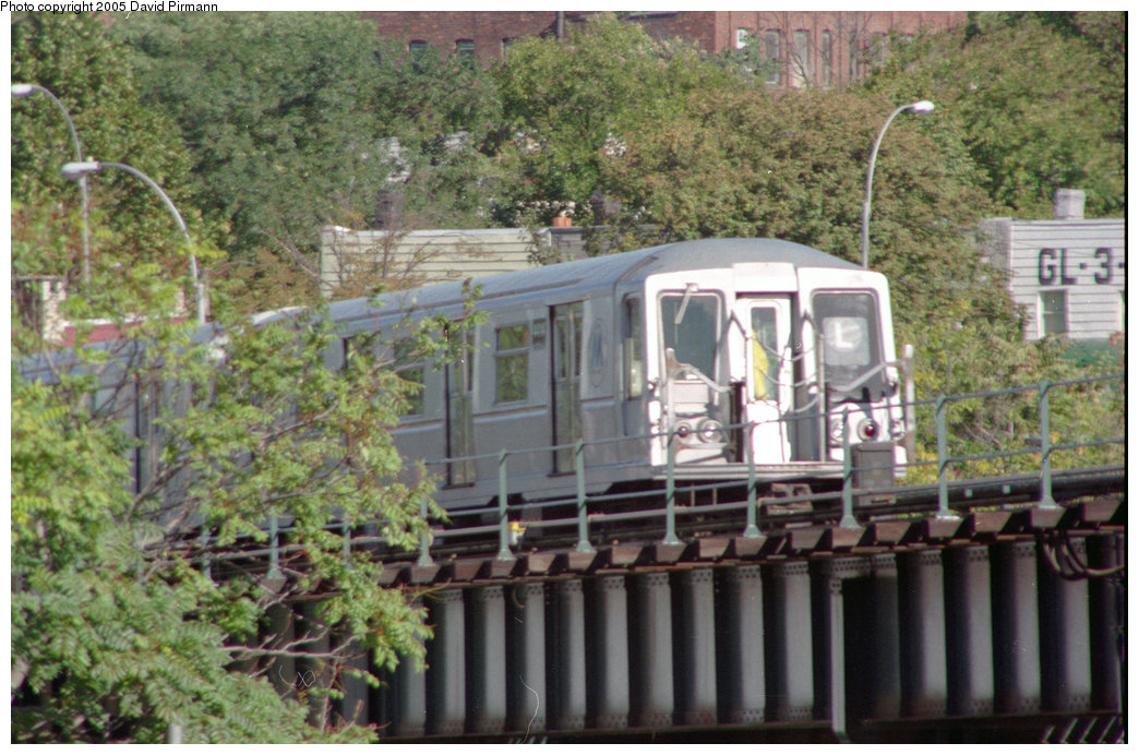 (264k, 1044x692)<br><b>Country:</b> United States<br><b>City:</b> New York<br><b>System:</b> New York City Transit<br><b>Line:</b> BMT Canarsie Line<br><b>Location:</b> Broadway Junction <br><b>Route:</b> L<br><b>Photo by:</b> David Pirmann<br><b>Date:</b> 10/11/1996<br><b>Notes:</b> Another view of R40 L train descending into tunnel<br><b>Viewed (this week/total):</b> 0 / 2156
