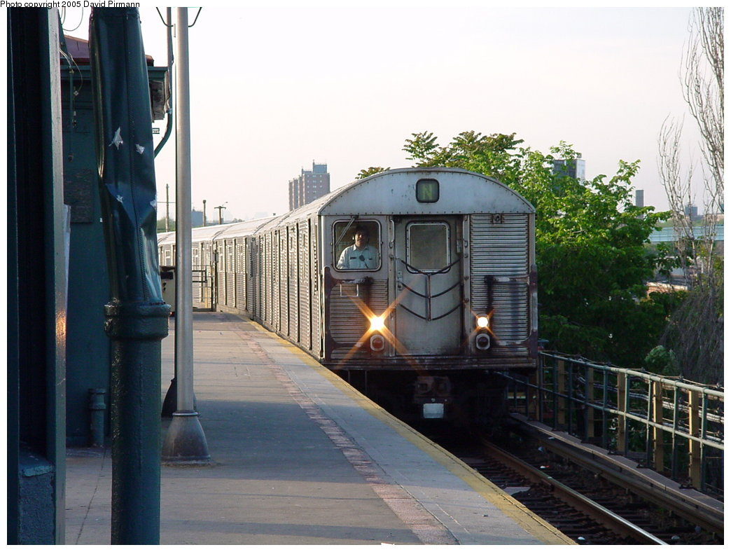 (174k, 1044x788)<br><b>Country:</b> United States<br><b>City:</b> New York<br><b>System:</b> New York City Transit<br><b>Location:</b> Coney Island/Stillwell Avenue<br><b>Route:</b> N<br><b>Car:</b> R-32 (Budd, 1964)   <br><b>Photo by:</b> David Pirmann<br><b>Date:</b> 5/31/2000<br><b>Viewed (this week/total):</b> 0 / 5094