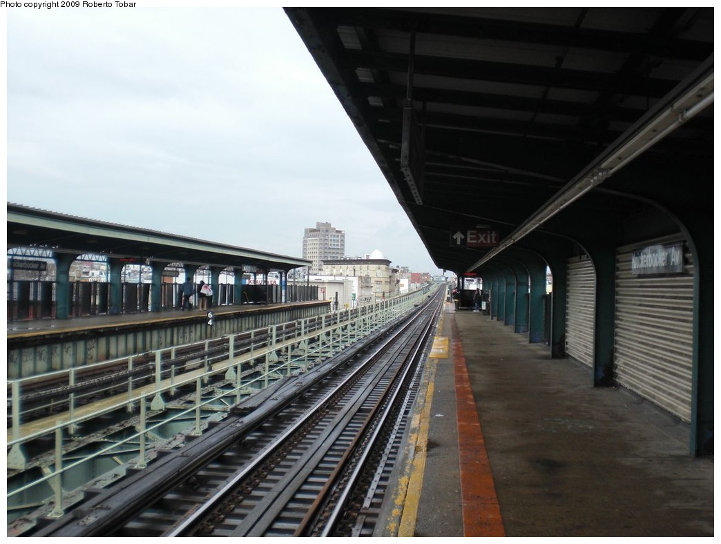 (214k, 1044x788)<br><b>Country:</b> United States<br><b>City:</b> New York<br><b>System:</b> New York City Transit<br><b>Line:</b> BMT Myrtle Avenue Line<br><b>Location:</b> Knickerbocker Avenue <br><b>Photo by:</b> Roberto C. Tobar<br><b>Date:</b> 4/11/2009<br><b>Notes:</b> Platform view.<br><b>Viewed (this week/total):</b> 5 / 688