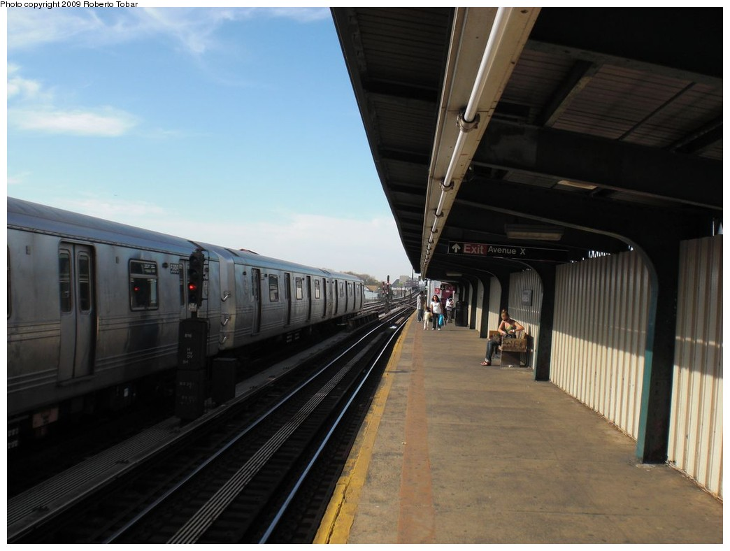 (183k, 1044x788)<br><b>Country:</b> United States<br><b>City:</b> New York<br><b>System:</b> New York City Transit<br><b>Line:</b> BMT Culver Line<br><b>Location:</b> Avenue X <br><b>Photo by:</b> Roberto C. Tobar<br><b>Date:</b> 4/25/2009<br><b>Notes:</b> Platform view.<br><b>Viewed (this week/total):</b> 0 / 424
