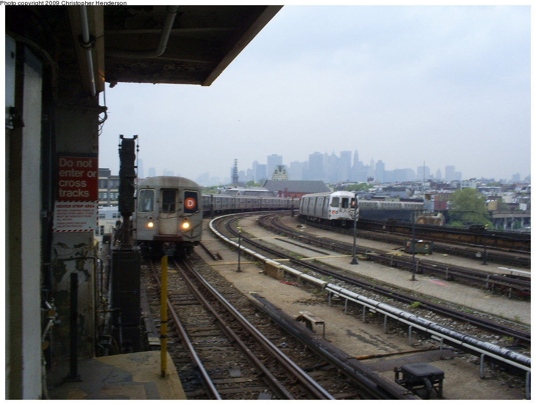 (214k, 1044x788)<br><b>Country:</b> United States<br><b>City:</b> New York<br><b>System:</b> New York City Transit<br><b>Line:</b> IND Crosstown Line<br><b>Location:</b> Smith/9th Street <br><b>Route:</b> D reroute<br><b>Car:</b> R-68 (Westinghouse-Amrail, 1986-1988)   <br><b>Photo by:</b> Christopher Henderson<br><b>Date:</b> 5/1/2009<br><b>Viewed (this week/total):</b> 0 / 2291
