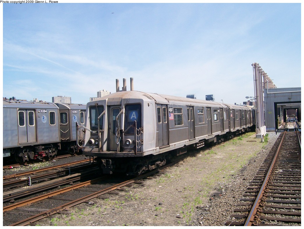 (248k, 1044x788)<br><b>Country:</b> United States<br><b>City:</b> New York<br><b>System:</b> New York City Transit<br><b>Location:</b> 207th Street Yard<br><b>Car:</b> R-40 (St. Louis, 1968)  4267 <br><b>Photo by:</b> Glenn L. Rowe<br><b>Date:</b> 5/20/2009<br><b>Viewed (this week/total):</b> 0 / 665
