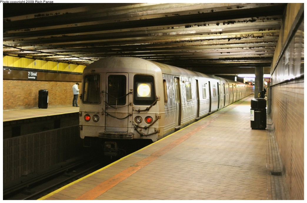 (179k, 1044x690)<br><b>Country:</b> United States<br><b>City:</b> New York<br><b>System:</b> New York City Transit<br><b>Line:</b> IND 63rd Street<br><b>Location:</b> 21st Street/Queensbridge <br><b>Route:</b> F<br><b>Car:</b> R-46 (Pullman-Standard, 1974-75)  <br><b>Photo by:</b> Richard Panse<br><b>Date:</b> 3/30/2009<br><b>Viewed (this week/total):</b> 1 / 1083