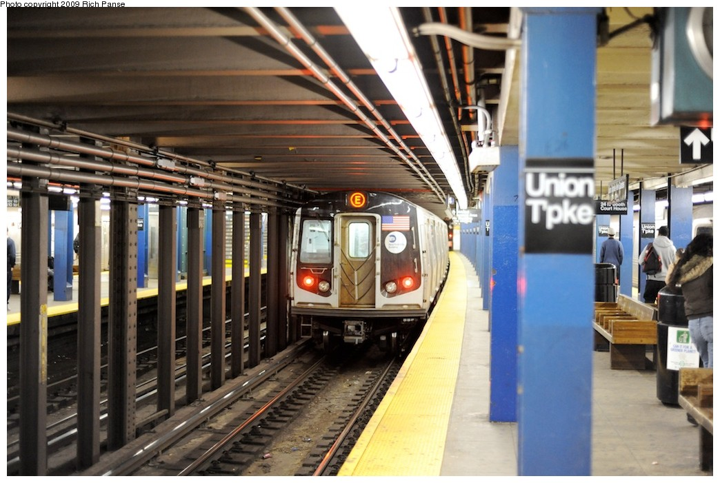 (190k, 1044x701)<br><b>Country:</b> United States<br><b>City:</b> New York<br><b>System:</b> New York City Transit<br><b>Line:</b> IND Queens Boulevard Line<br><b>Location:</b> Union Turnpike/Kew Gardens <br><b>Route:</b> E<br><b>Car:</b> R-160A (Option 1) (Alstom, 2008-2009, 5 car sets)   <br><b>Photo by:</b> Richard Panse<br><b>Date:</b> 3/31/2009<br><b>Viewed (this week/total):</b> 2 / 1044