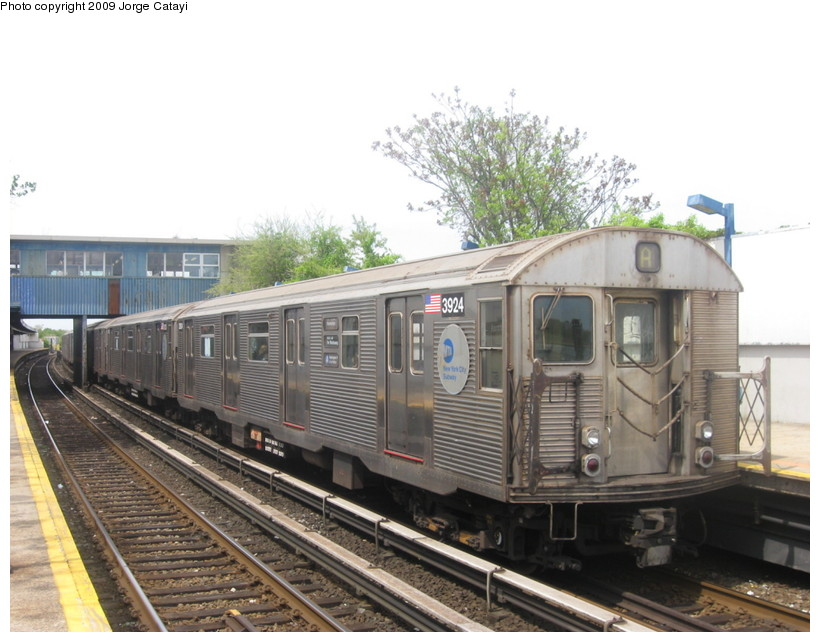 (132k, 820x642)<br><b>Country:</b> United States<br><b>City:</b> New York<br><b>System:</b> New York City Transit<br><b>Line:</b> IND Rockaway<br><b>Location:</b> Broad Channel <br><b>Route:</b> A<br><b>Car:</b> R-32 (Budd, 1964)  3924 <br><b>Photo by:</b> Jorge Catayi<br><b>Date:</b> 5/11/2009<br><b>Viewed (this week/total):</b> 0 / 781