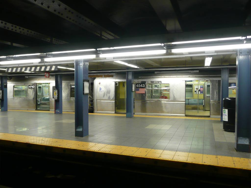 (100k, 1024x768)<br><b>Country:</b> United States<br><b>City:</b> New York<br><b>System:</b> New York City Transit<br><b>Line:</b> IND 8th Avenue Line<br><b>Location:</b> Chambers Street/World Trade Center <br><b>Route:</b> E<br><b>Car:</b> R-40M (St. Louis, 1969)  4543 <br><b>Photo by:</b> Robbie Rosenfeld<br><b>Date:</b> 5/11/2009<br><b>Notes:</b> Coupled to R42 4710.<br><b>Viewed (this week/total):</b> 2 / 1426