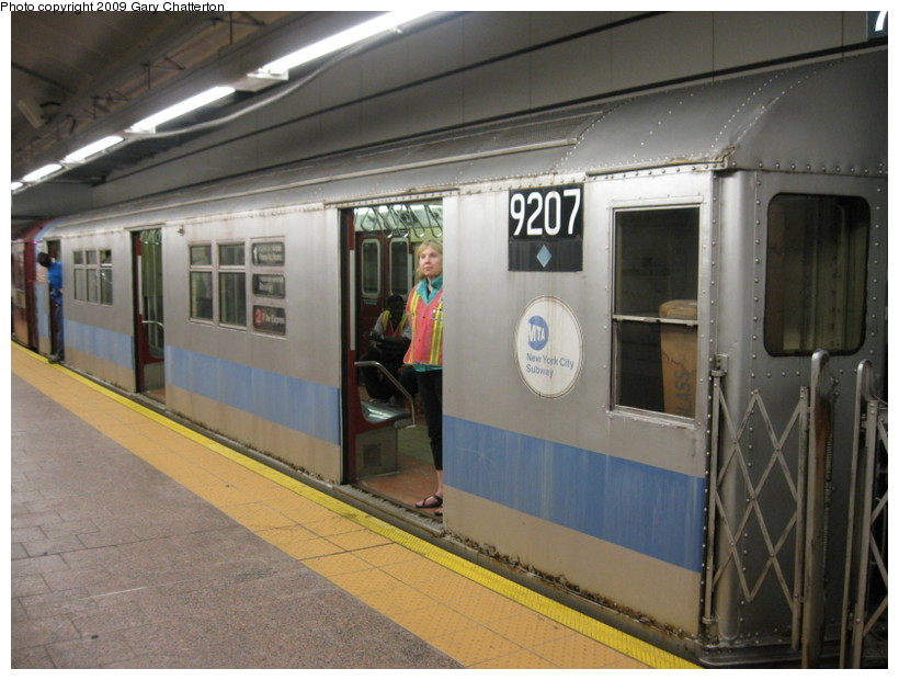 (125k, 820x620)<br><b>Country:</b> United States<br><b>City:</b> New York<br><b>System:</b> New York City Transit<br><b>Line:</b> IRT West Side Line<br><b>Location:</b> South Ferry (New Station) <br><b>Route:</b> Fan Trip<br><b>Car:</b> R-33 Main Line (St. Louis, 1962-63) 9207 <br><b>Photo by:</b> Gary Chatterton<br><b>Date:</b> 6/20/2009<br><b>Viewed (this week/total):</b> 4 / 1485