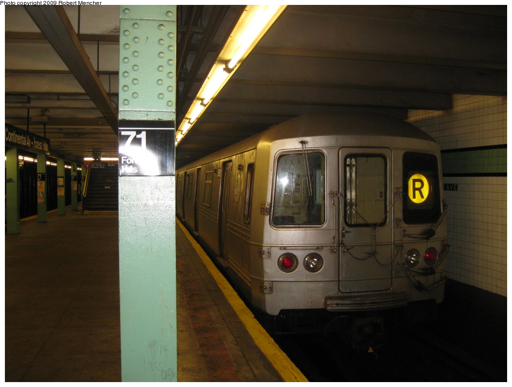 (189k, 1044x788)<br><b>Country:</b> United States<br><b>City:</b> New York<br><b>System:</b> New York City Transit<br><b>Line:</b> IND Queens Boulevard Line<br><b>Location:</b> 71st/Continental Aves./Forest Hills <br><b>Route:</b> R<br><b>Car:</b> R-46 (Pullman-Standard, 1974-75) 5682 <br><b>Photo by:</b> Robert Mencher<br><b>Date:</b> 7/4/2009<br><b>Viewed (this week/total):</b> 2 / 652