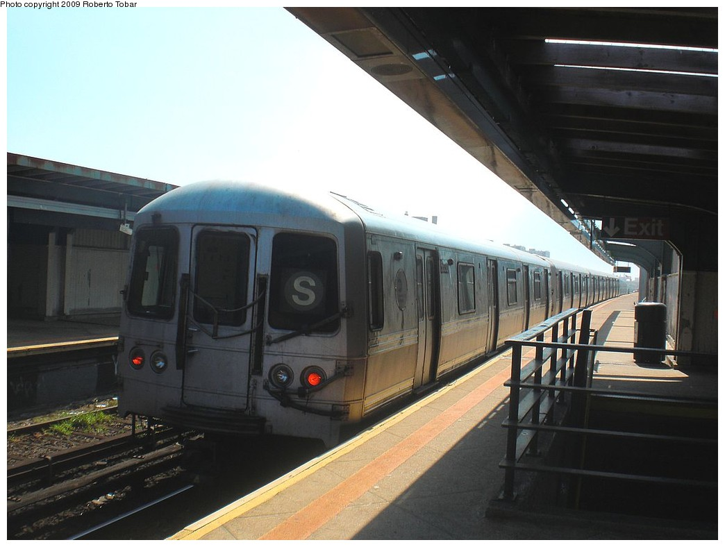 (195k, 1044x788)<br><b>Country:</b> United States<br><b>City:</b> New York<br><b>System:</b> New York City Transit<br><b>Line:</b> IND Rockaway<br><b>Location:</b> Beach 98th Street/Playland <br><b>Route:</b> S<br><b>Car:</b> R-44 (St. Louis, 1971-73)  <br><b>Photo by:</b> Roberto C. Tobar<br><b>Date:</b> 8/21/2009<br><b>Viewed (this week/total):</b> 1 / 344