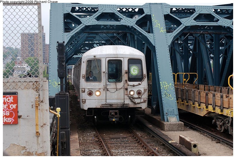 (177k, 820x552)<br><b>Country:</b> United States<br><b>City:</b> New York<br><b>System:</b> New York City Transit<br><b>Line:</b> IND Crosstown Line<br><b>Location:</b> Smith/9th Street <br><b>Route:</b> G<br><b>Car:</b> R-46 (Pullman-Standard, 1974-75)  <br><b>Photo by:</b> Richard Chase<br><b>Date:</b> 5/16/2009<br><b>Viewed (this week/total):</b> 2 / 1271
