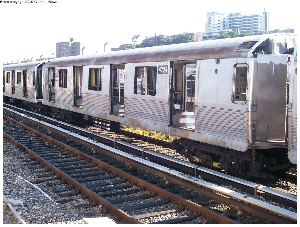 (260k, 1044x788)<br><b>Country:</b> United States<br><b>City:</b> New York<br><b>System:</b> New York City Transit<br><b>Location:</b> 207th Street Yard<br><b>Car:</b> R-42 (St. Louis, 1969-1970)  4724 <br><b>Photo by:</b> Glenn L. Rowe<br><b>Date:</b> 9/29/2009<br><b>Notes:</b> Scrap<br><b>Viewed (this week/total):</b> 1 / 430