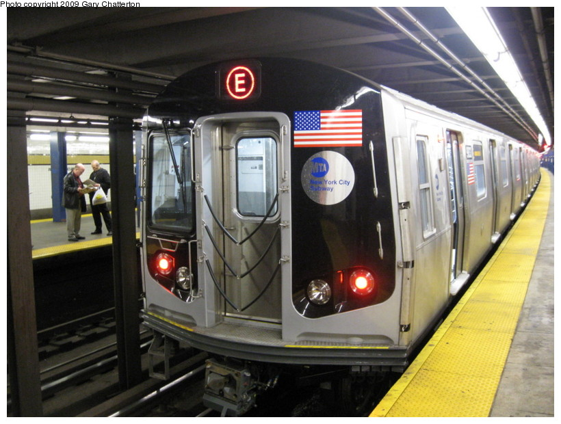 (141k, 820x620)<br><b>Country:</b> United States<br><b>City:</b> New York<br><b>System:</b> New York City Transit<br><b>Line:</b> IND Queens Boulevard Line<br><b>Location:</b> Union Turnpike/Kew Gardens <br><b>Route:</b> E<br><b>Car:</b> R-160B (Option 2) (Kawasaki, 2009)  9833 <br><b>Photo by:</b> Gary Chatterton<br><b>Date:</b> 10/29/2009<br><b>Viewed (this week/total):</b> 0 / 1065