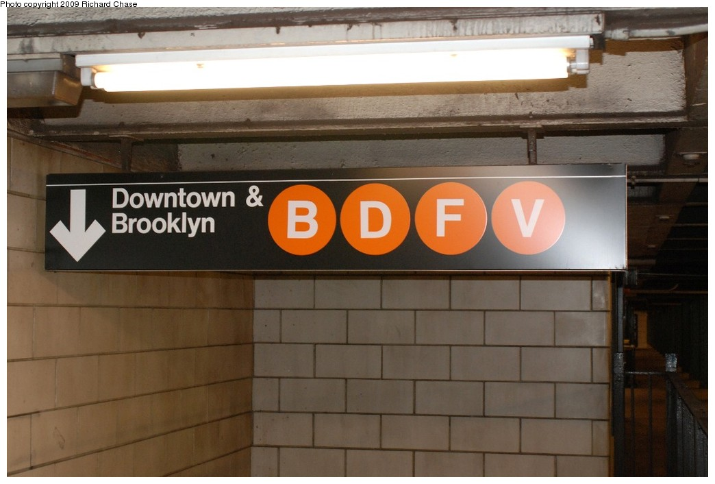 (143k, 1044x706)<br><b>Country:</b> United States<br><b>City:</b> New York<br><b>System:</b> New York City Transit<br><b>Line:</b> IND 6th Avenue Line<br><b>Location:</b> West 4th Street/Washington Square <br><b>Photo by:</b> Richard Chase<br><b>Date:</b> 10/12/2009<br><b>Notes:</b> Mezzanine level signage.<br><b>Viewed (this week/total):</b> 3 / 626