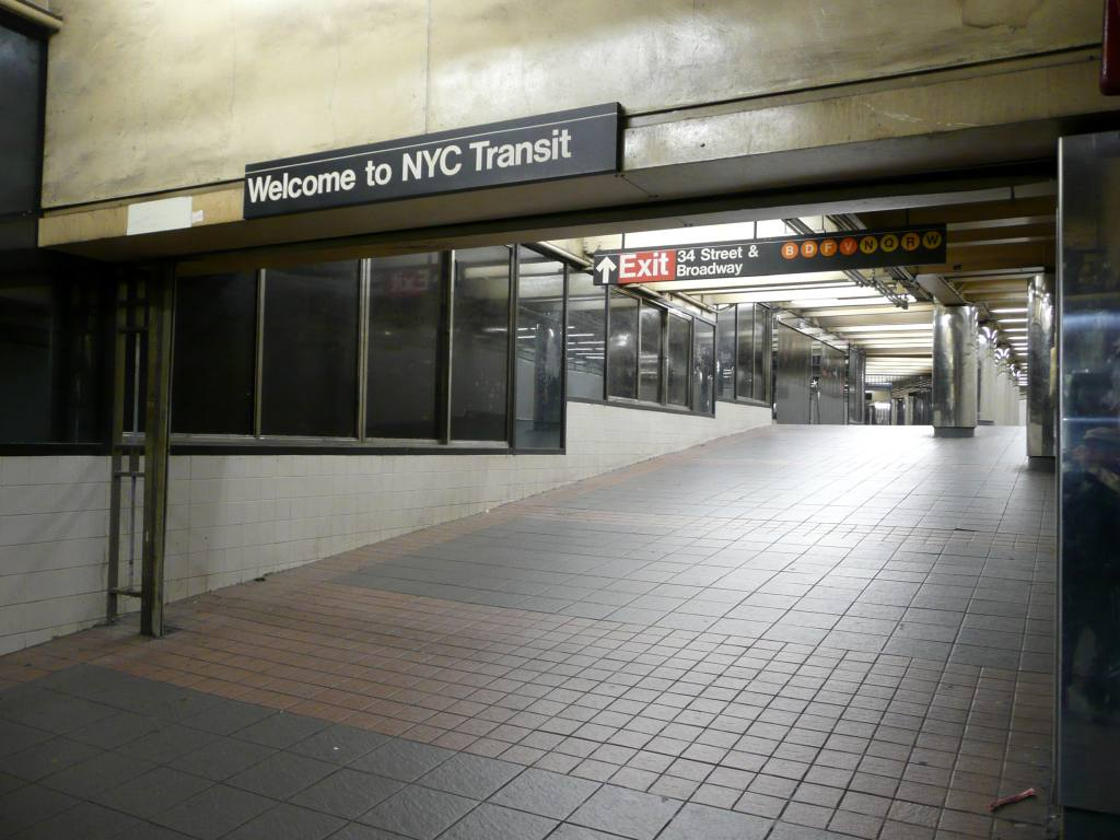 (98k, 1024x768)<br><b>Country:</b> United States<br><b>City:</b> New York<br><b>System:</b> New York City Transit<br><b>Line:</b> IND 6th Avenue Line<br><b>Location:</b> 34th Street/Herald Square <br><b>Photo by:</b> Robbie Rosenfeld<br><b>Date:</b> 11/25/2009<br><b>Notes:</b> Welcome sign in passageway outside fare control<br><b>Viewed (this week/total):</b> 4 / 1043