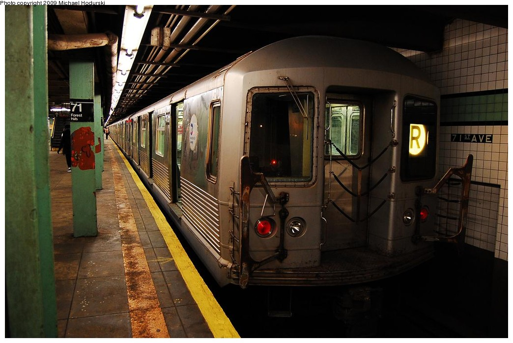 (216k, 1044x699)<br><b>Country:</b> United States<br><b>City:</b> New York<br><b>System:</b> New York City Transit<br><b>Line:</b> IND Queens Boulevard Line<br><b>Location:</b> 71st/Continental Aves./Forest Hills <br><b>Route:</b> R<br><b>Car:</b> R-42 (St. Louis, 1969-1970)  4618 <br><b>Photo by:</b> Michael Hodurski<br><b>Date:</b> 12/10/2009<br><b>Notes:</b> Last run of the R42 class cars.<br><b>Viewed (this week/total):</b> 0 / 686