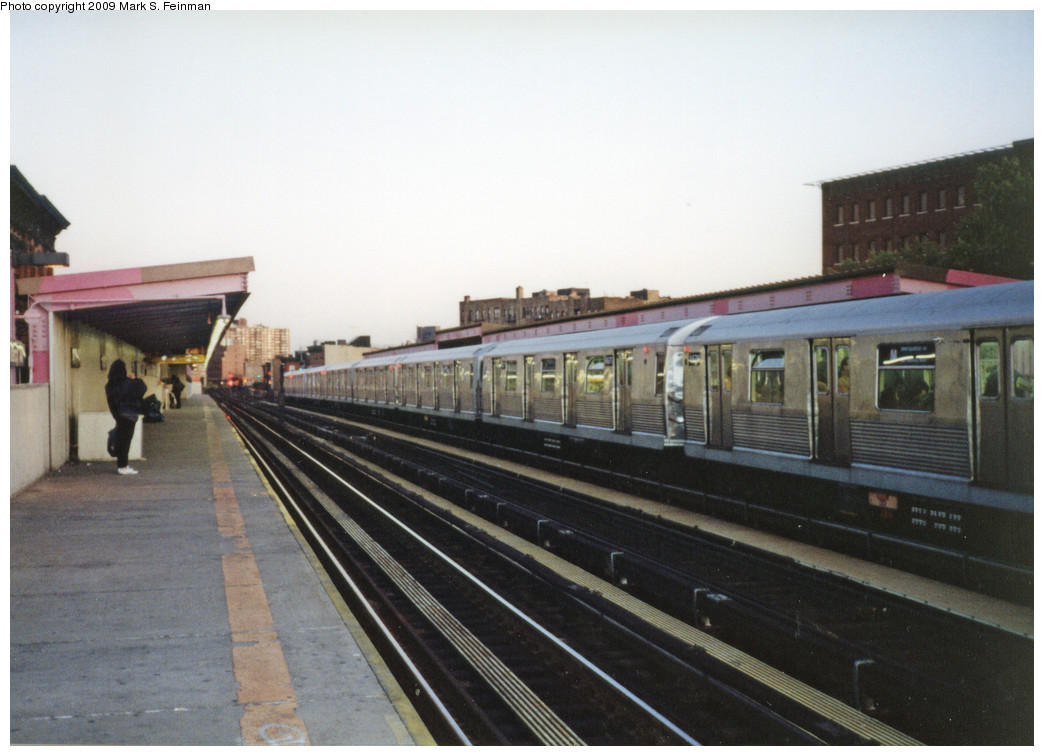(215k, 1044x756)<br><b>Country:</b> United States<br><b>City:</b> New York<br><b>System:</b> New York City Transit<br><b>Line:</b> BMT Nassau Street/Jamaica Line<br><b>Location:</b> Marcy Avenue <br><b>Route:</b> M<br><b>Car:</b> R-42 (St. Louis, 1969-1970)  4677-4676 <br><b>Photo by:</b> Mark S. Feinman<br><b>Date:</b> 1993<br><b>Viewed (this week/total):</b> 4 / 1241
