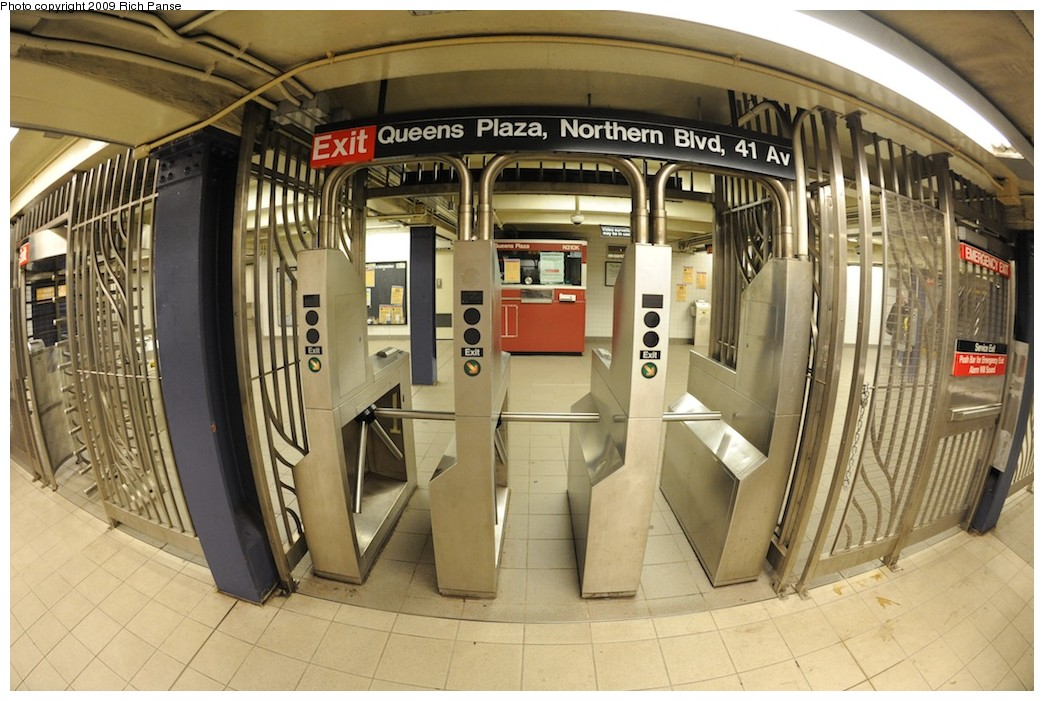 (200k, 1044x701)<br><b>Country:</b> United States<br><b>City:</b> New York<br><b>System:</b> New York City Transit<br><b>Line:</b> IND Queens Boulevard Line<br><b>Location:</b> Queens Plaza <br><b>Photo by:</b> Richard Panse<br><b>Date:</b> 12/13/2009<br><b>Viewed (this week/total):</b> 0 / 658