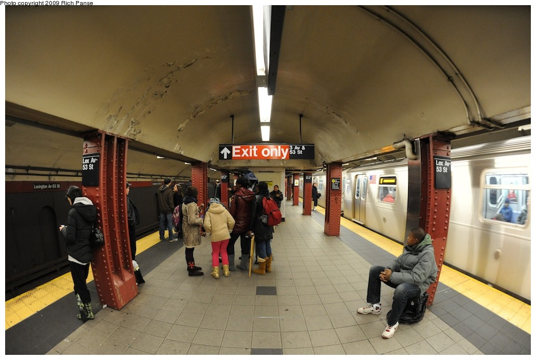 (164k, 1044x701)<br><b>Country:</b> United States<br><b>City:</b> New York<br><b>System:</b> New York City Transit<br><b>Line:</b> IND Queens Boulevard Line<br><b>Location:</b> Lexington Avenue-53rd Street <br><b>Photo by:</b> Richard Panse<br><b>Date:</b> 12/13/2009<br><b>Viewed (this week/total):</b> 4 / 693