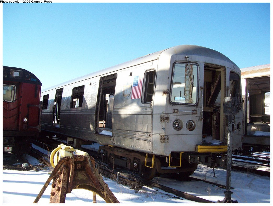 (200k, 1044x788)<br><b>Country:</b> United States<br><b>City:</b> New York<br><b>System:</b> New York City Transit<br><b>Location:</b> 207th Street Yard<br><b>Car:</b> R-44 SIRT (St. Louis, 1971-1973) 402 <br><b>Photo by:</b> Glenn L. Rowe<br><b>Date:</b> 12/23/2009<br><b>Notes:</b> Scrap<br><b>Viewed (this week/total):</b> 2 / 1708