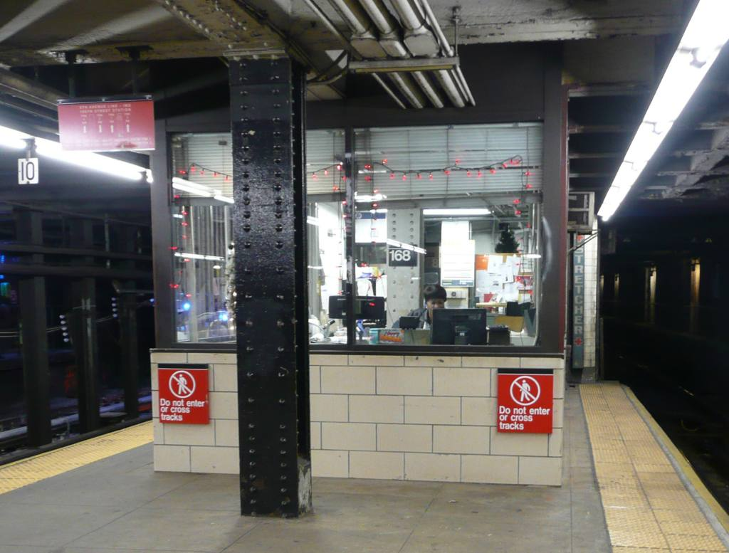 (104k, 1024x777)<br><b>Country:</b> United States<br><b>City:</b> New York<br><b>System:</b> New York City Transit<br><b>Line:</b> IND 8th Avenue Line<br><b>Location:</b> 168th Street <br><b>Photo by:</b> Robbie Rosenfeld<br><b>Date:</b> 12/17/2009<br><b>Viewed (this week/total):</b> 0 / 633
