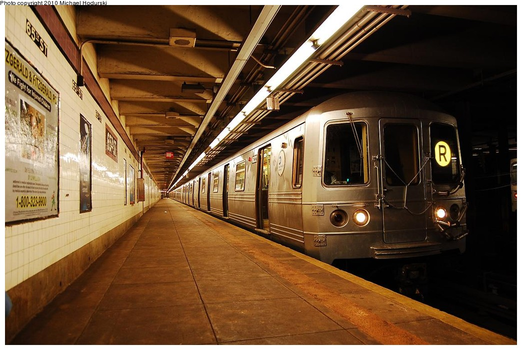 (235k, 1044x699)<br><b>Country:</b> United States<br><b>City:</b> New York<br><b>System:</b> New York City Transit<br><b>Line:</b> IND Queens Boulevard Line<br><b>Location:</b> 65th Street <br><b>Route:</b> R<br><b>Car:</b> R-46 (Pullman-Standard, 1974-75) 6032 <br><b>Photo by:</b> Michael Hodurski<br><b>Date:</b> 12/9/2009<br><b>Viewed (this week/total):</b> 0 / 672