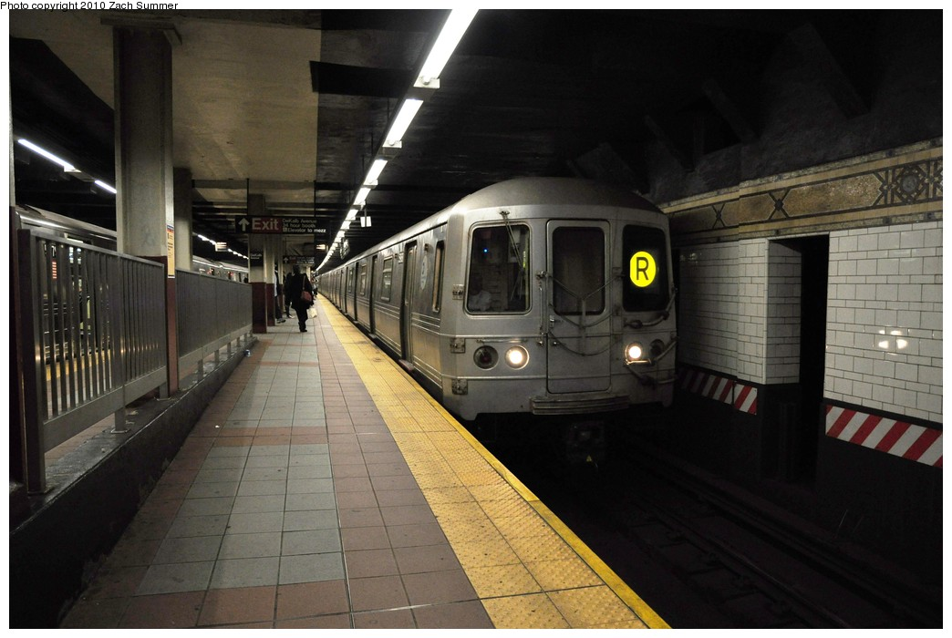 (181k, 1044x700)<br><b>Country:</b> United States<br><b>City:</b> New York<br><b>System:</b> New York City Transit<br><b>Location:</b> DeKalb Avenue<br><b>Route:</b> R<br><b>Car:</b> R-46 (Pullman-Standard, 1974-75) 5968 <br><b>Photo by:</b> Zach Summer<br><b>Date:</b> 10/26/2009<br><b>Viewed (this week/total):</b> 1 / 1298