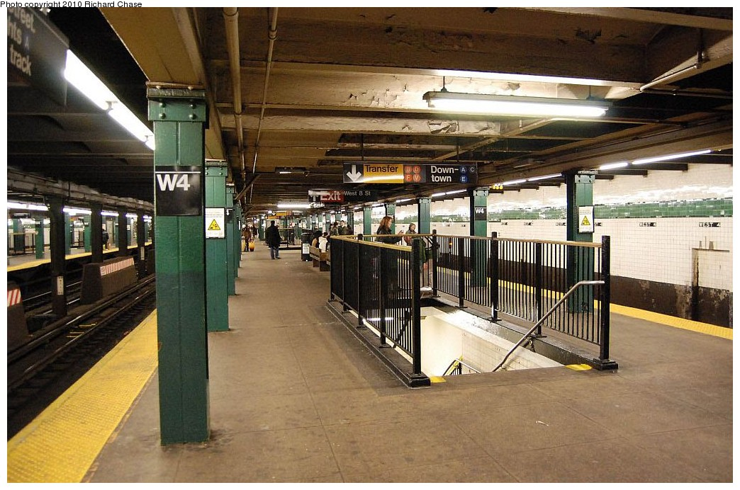 (219k, 1044x692)<br><b>Country:</b> United States<br><b>City:</b> New York<br><b>System:</b> New York City Transit<br><b>Line:</b> IND 8th Avenue Line<br><b>Location:</b> West 4th Street/Washington Square <br><b>Photo by:</b> Richard Chase<br><b>Date:</b> 12/27/2009<br><b>Viewed (this week/total):</b> 4 / 554