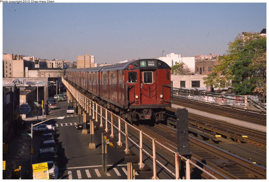 (203k, 1044x705)<br><b>Country:</b> United States<br><b>City:</b> New York<br><b>System:</b> New York City Transit<br><b>Line:</b> IRT Woodlawn Line<br><b>Location:</b> 176th Street <br><b>Route:</b> 4<br><b>Car:</b> R-33 Main Line (St. Louis, 1962-63) 9287 <br><b>Photo by:</b> Chao-Hwa Chen<br><b>Date:</b> 10/20/2000<br><b>Viewed (this week/total):</b> 1 / 1491