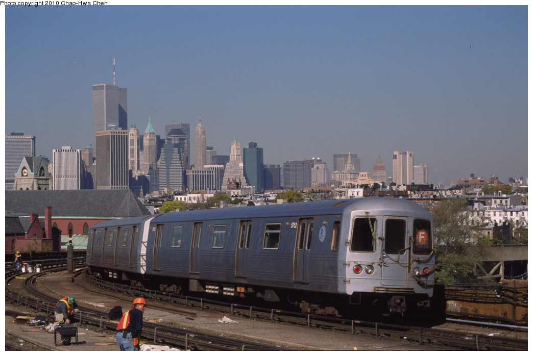 (161k, 1044x698)<br><b>Country:</b> United States<br><b>City:</b> New York<br><b>System:</b> New York City Transit<br><b>Line:</b> IND Crosstown Line<br><b>Location:</b> Smith/9th Street <br><b>Route:</b> F<br><b>Car:</b> R-46 (Pullman-Standard, 1974-75) 5752 <br><b>Photo by:</b> Chao-Hwa Chen<br><b>Date:</b> 10/20/2000<br><b>Viewed (this week/total):</b> 2 / 795