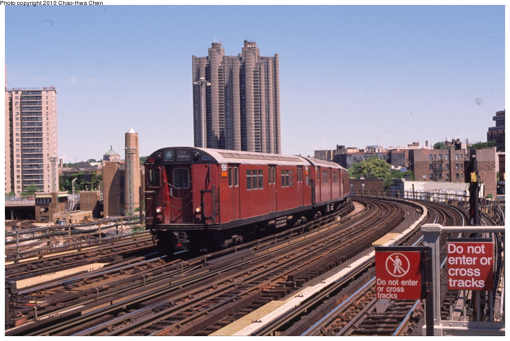 (218k, 1044x698)<br><b>Country:</b> United States<br><b>City:</b> New York<br><b>System:</b> New York City Transit<br><b>Line:</b> IRT Woodlawn Line<br><b>Location:</b> Bedford Park Boulevard <br><b>Route:</b> 4<br><b>Car:</b> R-33 Main Line (St. Louis, 1962-63) 9269 <br><b>Photo by:</b> Chao-Hwa Chen<br><b>Date:</b> 8/9/1999<br><b>Viewed (this week/total):</b> 0 / 622