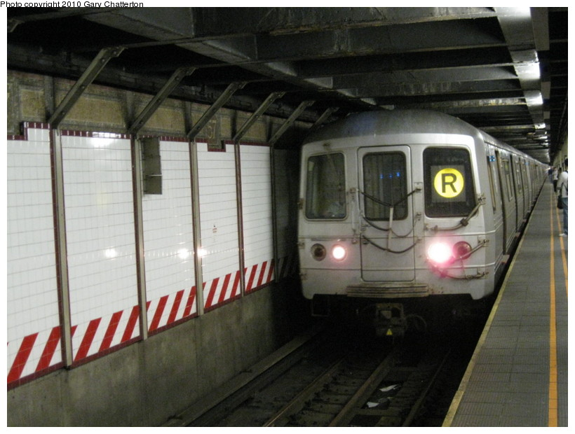 (128k, 820x620)<br><b>Country:</b> United States<br><b>City:</b> New York<br><b>System:</b> New York City Transit<br><b>Line:</b> BMT Broadway Line<br><b>Location:</b> 57th Street <br><b>Route:</b> R<br><b>Car:</b> R-46 (Pullman-Standard, 1974-75) 5522 <br><b>Photo by:</b> Gary Chatterton<br><b>Date:</b> 3/19/2010<br><b>Viewed (this week/total):</b> 2 / 649