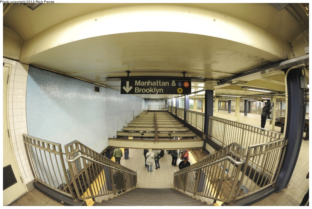 (187k, 1044x701)<br><b>Country:</b> United States<br><b>City:</b> New York<br><b>System:</b> New York City Transit<br><b>Line:</b> IND Queens Boulevard Line<br><b>Location:</b> Queens Plaza <br><b>Photo by:</b> Richard Panse<br><b>Date:</b> 12/5/2010<br><b>Notes:</b> Mezzanine.<br><b>Viewed (this week/total):</b> 0 / 400