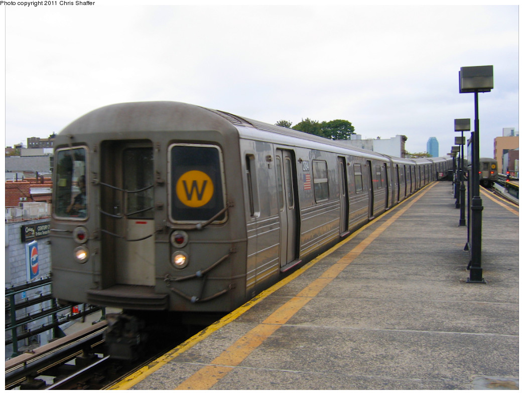 (214k, 1044x788)<br><b>Country:</b> United States<br><b>City:</b> New York<br><b>System:</b> New York City Transit<br><b>Line:</b> BMT Astoria Line<br><b>Location:</b> Astoria Boulevard/Hoyt Avenue <br><b>Route:</b> W<br><b>Car:</b> R-68 (Westinghouse-Amrail, 1986-1988)  2784 <br><b>Photo by:</b> Chris C. Shaffer<br><b>Date:</b> 10/24/2007<br><b>Viewed (this week/total):</b> 0 / 617