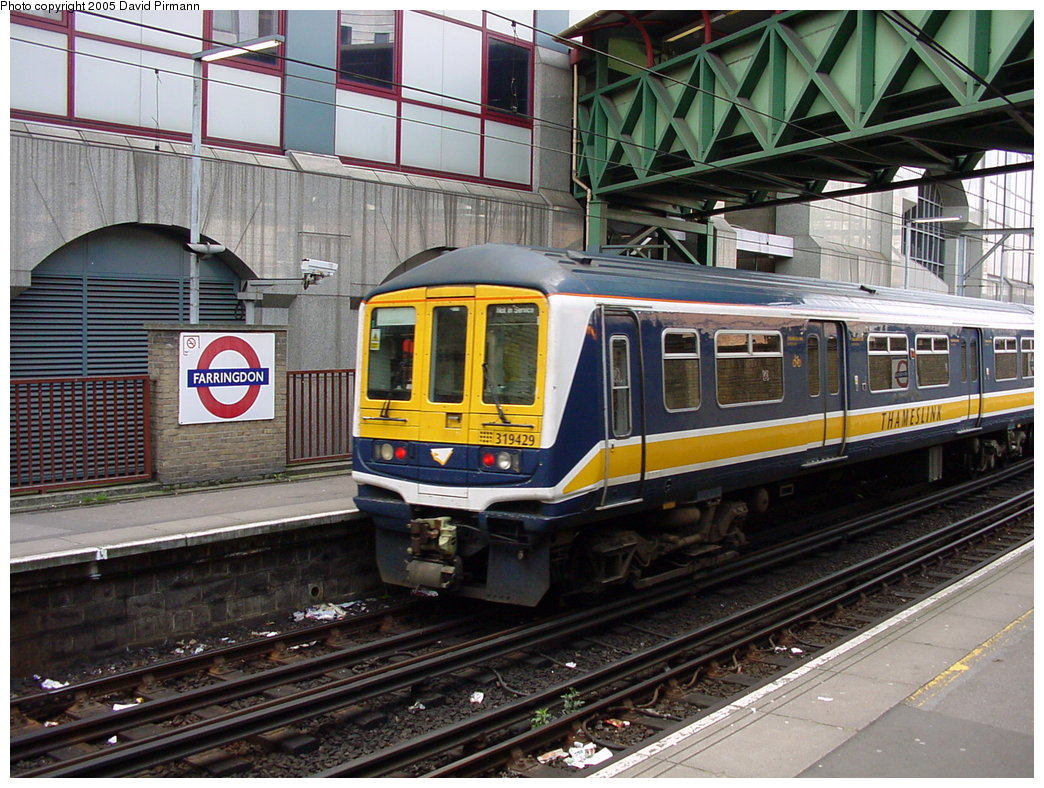 (227k, 1044x788)<br><b>Country:</b> United Kingdom<br><b>City:</b> London<br><b>System:</b> London Main Line Rail<br><b>Location:</b> Farringdon<br><b>Photo by:</b> David Pirmann<br><b>Date:</b> 4/21/2000<br><b>Notes:</b> Thameslink side of Farringdon Metropolitan line station<br><b>Viewed (this week/total):</b> 3 / 3508