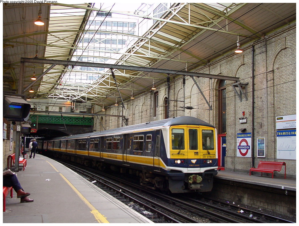 (258k, 1044x788)<br><b>Country:</b> United Kingdom<br><b>City:</b> London<br><b>System:</b> London Main Line Rail<br><b>Location:</b> Farringdon<br><b>Photo by:</b> David Pirmann<br><b>Date:</b> 4/21/2000<br><b>Notes:</b> Thameslink side of Farringdon Metropolitan line station<br><b>Viewed (this week/total):</b> 5 / 2948