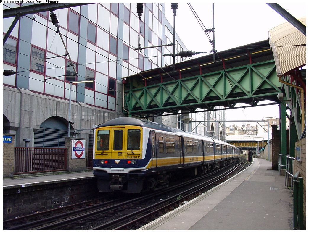 (222k, 1044x788)<br><b>Country:</b> United Kingdom<br><b>City:</b> London<br><b>System:</b> London Main Line Rail<br><b>Location:</b> Farringdon<br><b>Photo by:</b> David Pirmann<br><b>Date:</b> 4/21/2000<br><b>Notes:</b> Thameslink side of Farringdon Metropolitan line station<br><b>Viewed (this week/total):</b> 2 / 2599