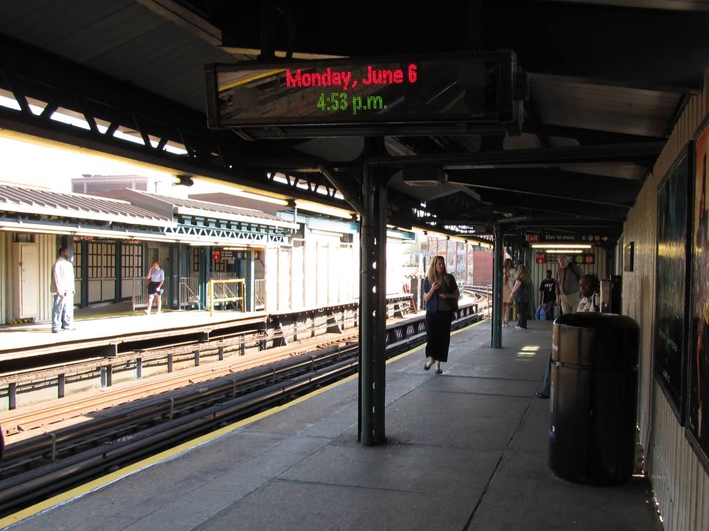(120k, 1024x768)<br><b>Country:</b> United States<br><b>City:</b> New York<br><b>System:</b> New York City Transit<br><b>Line:</b> IRT Flushing Line<br><b>Location:</b> Court House Square/45th Road <br><b>Photo by:</b> Robbie Rosenfeld<br><b>Date:</b> 6/6/2011<br><b>Notes:</b> New transfer.<br><b>Viewed (this week/total):</b> 0 / 496