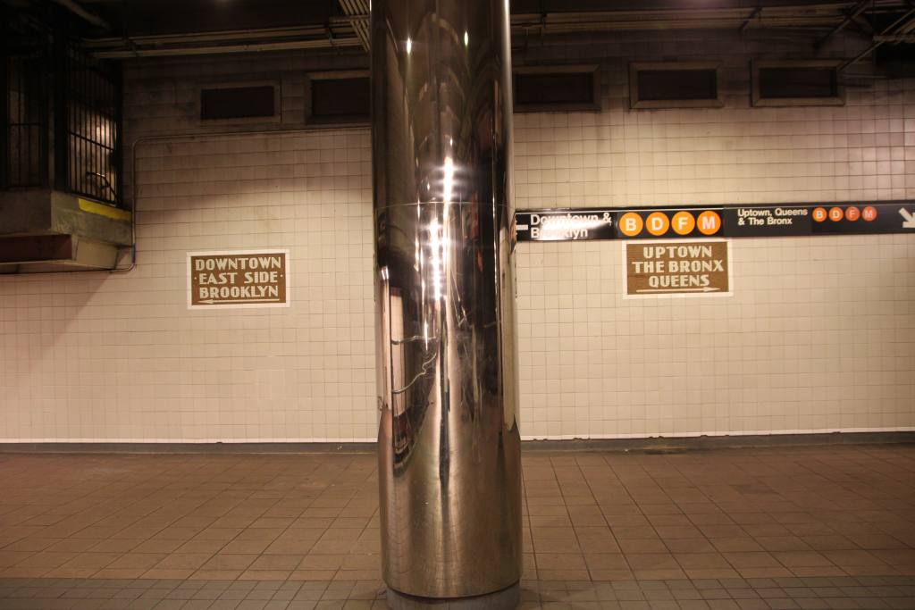 (76k, 1024x683)<br><b>Country:</b> United States<br><b>City:</b> New York<br><b>System:</b> New York City Transit<br><b>Line:</b> IND 6th Avenue Line<br><b>Location:</b> 34th Street/Herald Square <br><b>Photo by:</b> Robbie Rosenfeld<br><b>Date:</b> 6/16/2011<br><b>Notes:</b> Signs and column in ramp to platform.<br><b>Viewed (this week/total):</b> 0 / 718