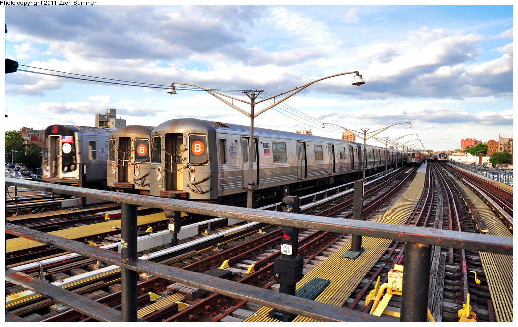 (432k, 1044x660)<br><b>Country:</b> United States<br><b>City:</b> New York<br><b>System:</b> New York City Transit<br><b>Line:</b> BMT Brighton Line<br><b>Location:</b> Ocean Parkway <br><b>Car:</b> R-68A (Kawasaki, 1988-1989)  5172 <br><b>Photo by:</b> Zach Summer<br><b>Date:</b> 7/27/2011<br><b>Notes:</b> 6 Tracks in use on the Brighton El; L to R R160B 9142 Q, R68A B Layup, R68A 5172 B Yard Move, 2 more R68A B Layups, R160B 9043 Manhattan-Bound Q<br><b>Viewed (this week/total):</b> 0 / 730
