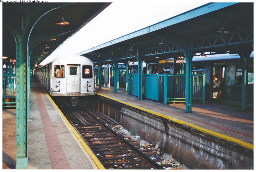 (338k, 1044x703)<br><b>Country:</b> United States<br><b>City:</b> New York<br><b>System:</b> New York City Transit<br><b>Line:</b> BMT Nassau Street/Jamaica Line<br><b>Location:</b> Broadway/East New York (Broadway Junction) <br><b>Route:</b> Z<br><b>Car:</b> R-40M (St. Louis, 1969)   <br><b>Photo by:</b> Mark S. Feinman<br><b>Date:</b> 7/1994<br><b>Viewed (this week/total):</b> 0 / 750
