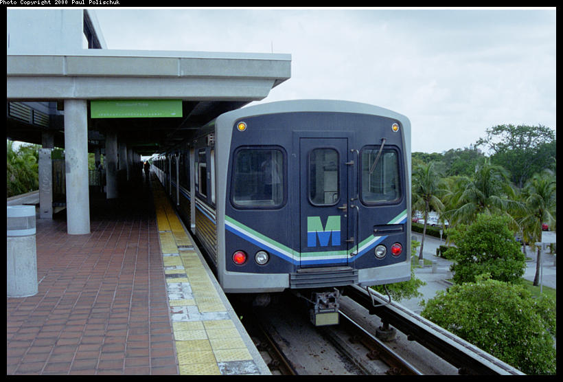 (86k, 820x556)<br><b>Country:</b> United States<br><b>City:</b> Miami, FL<br><b>System:</b> Miami Metrorail<br><b>Location:</b> Coconut Grove <br><b>Photo by:</b> Paul Polischuk<br><b>Date:</b> 8/2000<br><b>Notes:</b> Southbound train at platform<br><b>Viewed (this week/total):</b> 1 / 5686