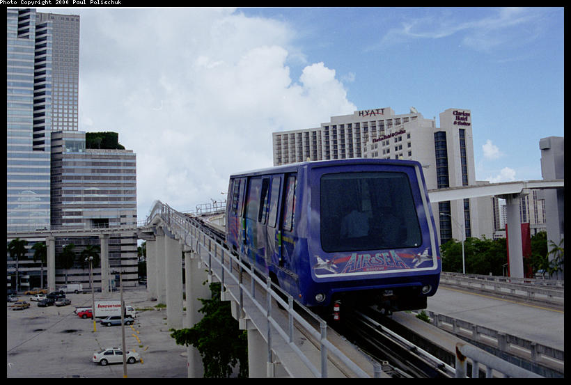 (82k, 820x553)<br><b>Country:</b> United States<br><b>City:</b> Miami, FL<br><b>System:</b> Miami Metromover<br><b>Location:</b> Ft. Dallas Park (3rd St.) <br><b>Photo by:</b> Paul Polischuk<br><b>Date:</b> 8/2000<br><b>Notes:</b> Omni or Brickell Train just East of Third Street Station.<br><b>Viewed (this week/total):</b> 2 / 4750