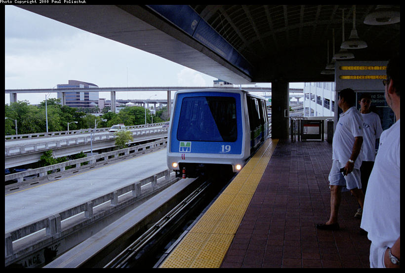 (86k, 820x553)<br><b>Country:</b> United States<br><b>City:</b> Miami, FL<br><b>System:</b> Miami Metromover<br><b>Location:</b> Ft. Dallas Park (3rd St.) <br><b>Photo by:</b> Paul Polischuk<br><b>Date:</b> 8/2000<br><b>Notes:</b> Brickell train arriving at Third Street Station.<br><b>Viewed (this week/total):</b> 0 / 3915