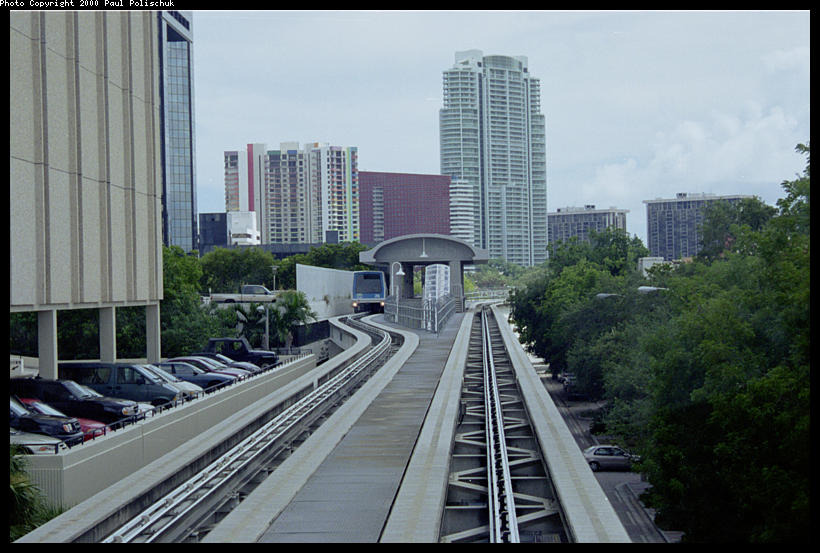 (88k, 820x553)<br><b>Country:</b> United States<br><b>City:</b> Miami, FL<br><b>System:</b> Miami Metromover<br><b>Location:</b> 10th Street/Promenade <br><b>Photo by:</b> Paul Polischuk<br><b>Date:</b> 8/2000<br><b>Notes:</b> Looking south at Tenth Street Station Brickell loop.<br><b>Viewed (this week/total):</b> 4 / 3985